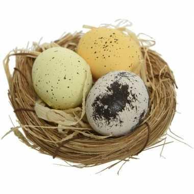 12x paasdecoratie witte/gele eitjes in paasnestjes 9 cm