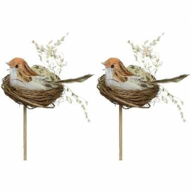 2x decoratie paasvogels wit/oranje in vogelnest 7 cm dierenbeelden op