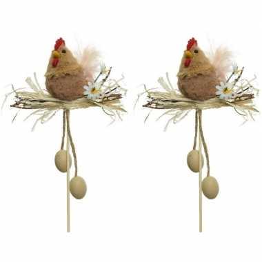 2x paasdecoratie bruine kippen in nest 12 cm dierenbeelden op stekert