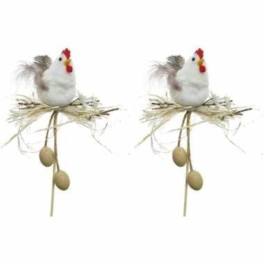 2x paasdecoratie witte kippen in nest 12 cm dierenbeelden op stekertj