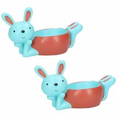 2x stuks eierdopjes liggende konijn/haas blauw/rood 10 x 6 cm