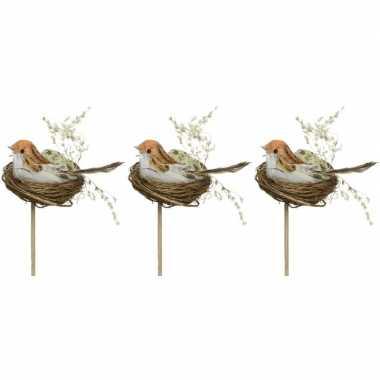 3x decoratie paasvogels wit/oranje in vogelnest 7 cm dierenbeelden op