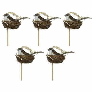 5x decoratie paasvogels donkerbruin/wit in vogelnest 7 cm dierenbeeld