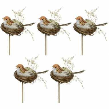 5x decoratie paasvogels wit/oranje in vogelnest 7 cm dierenbeelden op