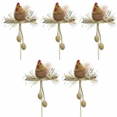 5x paasdecoratie bruine kippen in nest 12 cm dierenbeelden op stekert