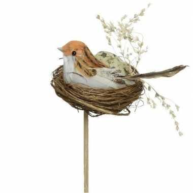 Decoratie paasvogels wit/oranje in vogelnest 7 cm dierenbeelden op st